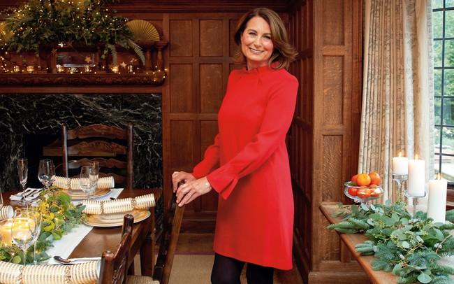 """""""Con nào mẹ nấy"""": đến mẹ đẻ của Công nương Kate Middleton cũng mê mẩn style và diện y như con gái - Ảnh 1."""