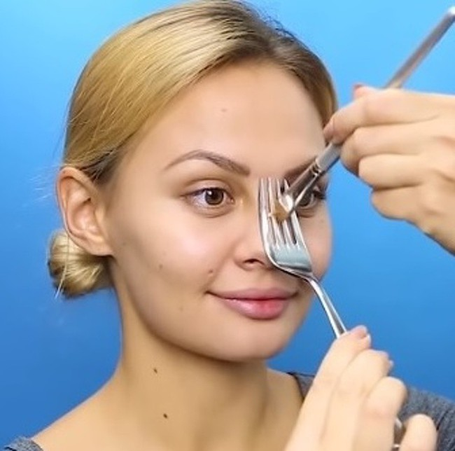 10 mẹo trang điểm cực dễ giúp chị em xinh hơn vài chân kính trong nháy mắt, nhưng không phải ai cũng biết - Ảnh 1.