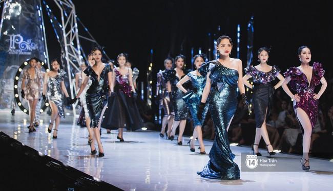 Tiểu Vy tự tin đảm nhận vị thế vedette, chẳng yếu thế chút nào khi sánh đôi bên dàn Hoa hậu đàn chị - Ảnh 10.