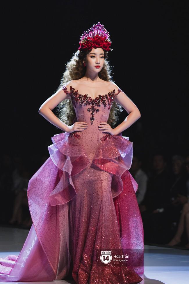 Tiểu Vy tự tin đảm nhận vị thế vedette, chẳng yếu thế chút nào khi sánh đôi bên dàn Hoa hậu đàn chị - Ảnh 3.