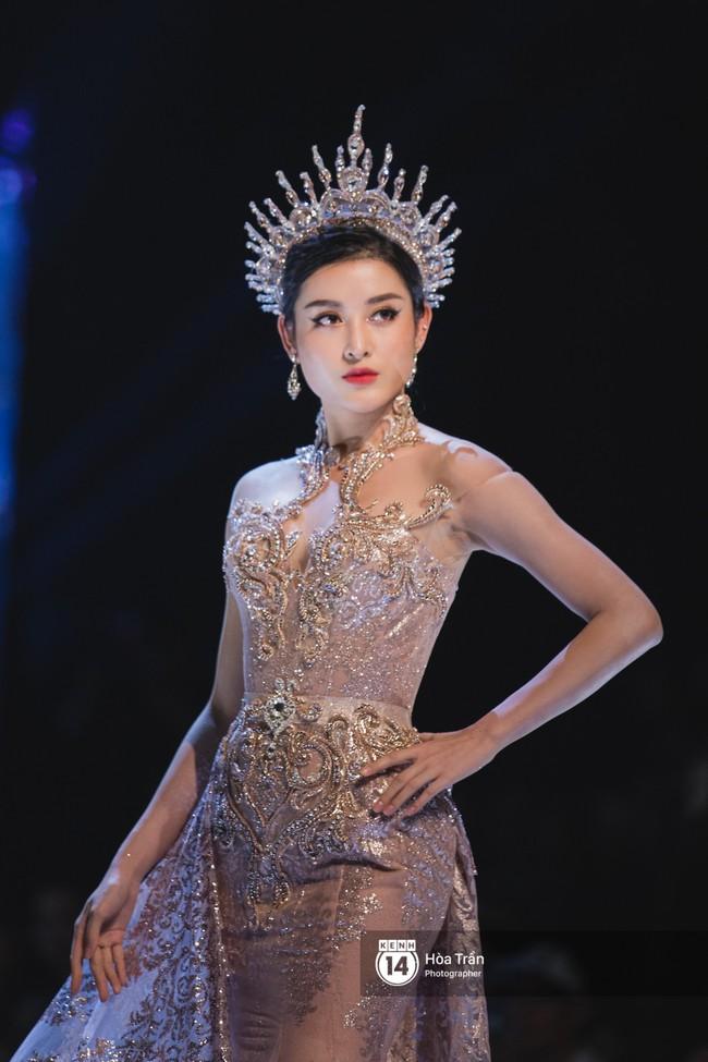 Tiểu Vy tự tin đảm nhận vị thế vedette, chẳng yếu thế chút nào khi sánh đôi bên dàn Hoa hậu đàn chị - Ảnh 8.