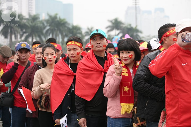 Trực tiếp không khí cuồng nhiệt khắp mọi nẻo đường, CĐV Việt Nam sẵn sàng chờ tới giờ bóng lăn - Ảnh 5.