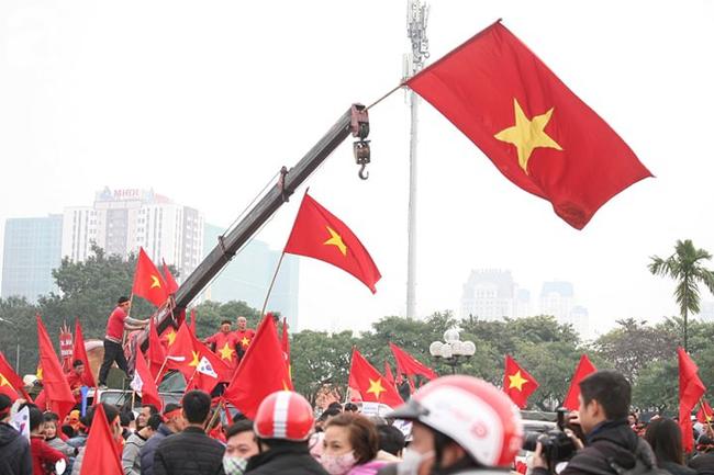 Trực tiếp không khí cuồng nhiệt khắp mọi nẻo đường, CĐV Việt Nam sẵn sàng chờ tới giờ bóng lăn - Ảnh 1.