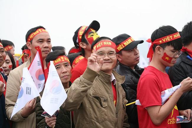 Trực tiếp không khí cuồng nhiệt khắp mọi nẻo đường, CĐV Việt Nam sẵn sàng chờ tới giờ bóng lăn - Ảnh 6.