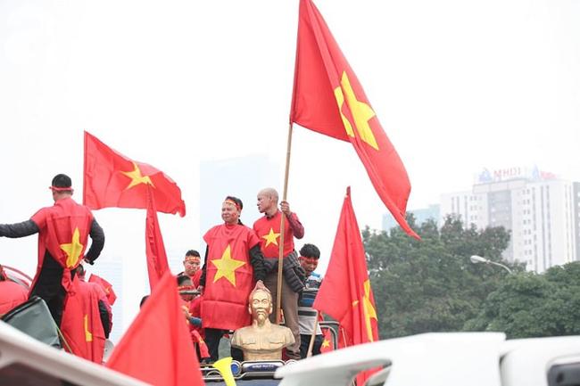 Trực tiếp không khí cuồng nhiệt khắp mọi nẻo đường, CĐV Việt Nam sẵn sàng chờ tới giờ bóng lăn - Ảnh 2.