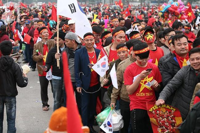 Trực tiếp không khí cuồng nhiệt khắp mọi nẻo đường, CĐV Việt Nam sẵn sàng chờ tới giờ bóng lăn - Ảnh 7.