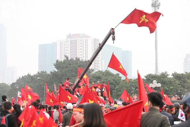 Trực tiếp không khí cuồng nhiệt khắp mọi nẻo đường, CĐV Việt Nam sẵn sàng chờ tới giờ bóng lăn - Ảnh 3.