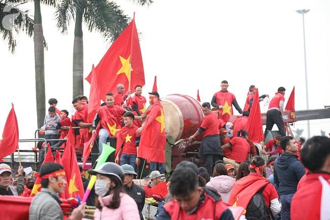 Trực tiếp không khí cuồng nhiệt khắp mọi nẻo đường, CĐV Việt Nam sẵn sàng chờ tới giờ bóng lăn - Ảnh 4.