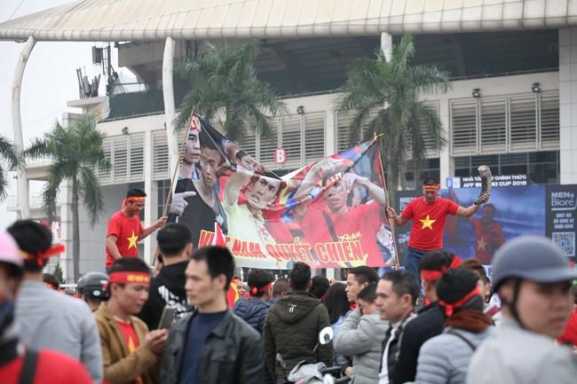 Trực tiếp không khí cuồng nhiệt khắp mọi nẻo đường, CĐV Việt Nam sẵn sàng chờ tới giờ bóng lăn - Ảnh 12.