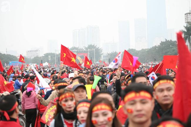 Trực tiếp không khí cuồng nhiệt khắp mọi nẻo đường, CĐV Việt Nam sẵn sàng chờ tới giờ bóng lăn - Ảnh 9.