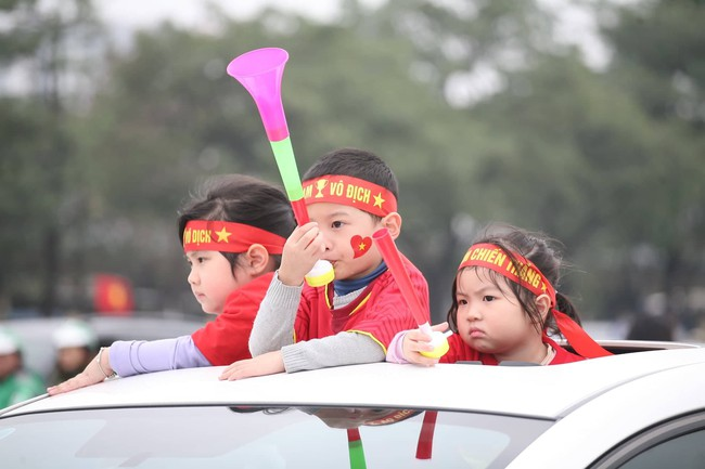 Trực tiếp không khí cuồng nhiệt khắp mọi nẻo đường, CĐV Việt Nam sẵn sàng chờ tới giờ bóng lăn - Ảnh 16.