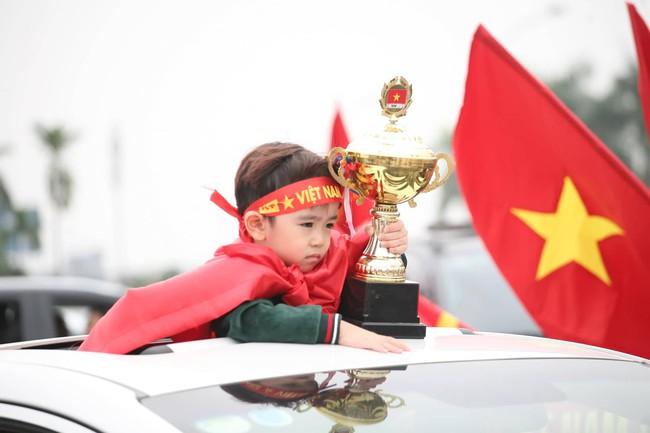 Trực tiếp không khí cuồng nhiệt khắp mọi nẻo đường, CĐV Việt Nam sẵn sàng chờ tới giờ bóng lăn - Ảnh 17.