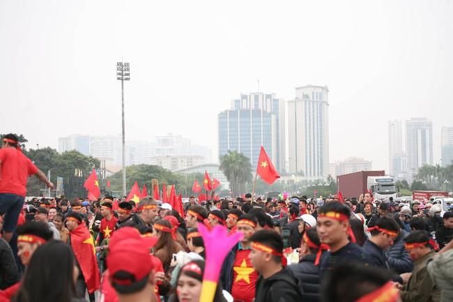 Trực tiếp không khí cuồng nhiệt khắp mọi nẻo đường, CĐV Việt Nam sẵn sàng chờ tới giờ bóng lăn - Ảnh 11.