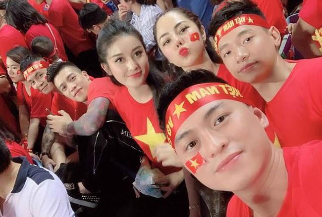 Máu lửa như Hồ Ngọc Hà, bận đi diễn vẫn không quên tranh thủ rủ fan đi bão mừng đội tuyển Việt Nam - Ảnh 4.