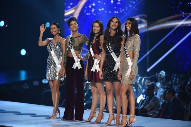 Điều đặc biệt nhất chung kết Miss Universe 2018: Giữa rừng váy dạ hội, HHen Niê một mình một kiểu với set đồ này - Ảnh 3.