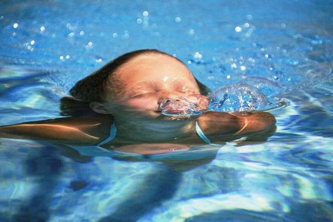 Nô đùa ở bể bơi chung cư, bé trai 12 tuổi bị ngã xuống nước rồi chết đuối thương tâm - Ảnh 1.