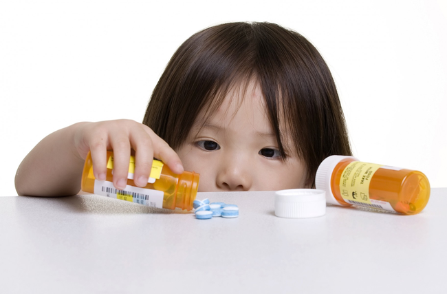 Cứ thấy con sốt là bố mẹ lại đè ra cho uống thuốc hạ sốt, bác sĩ nói gì? - Ảnh 4.