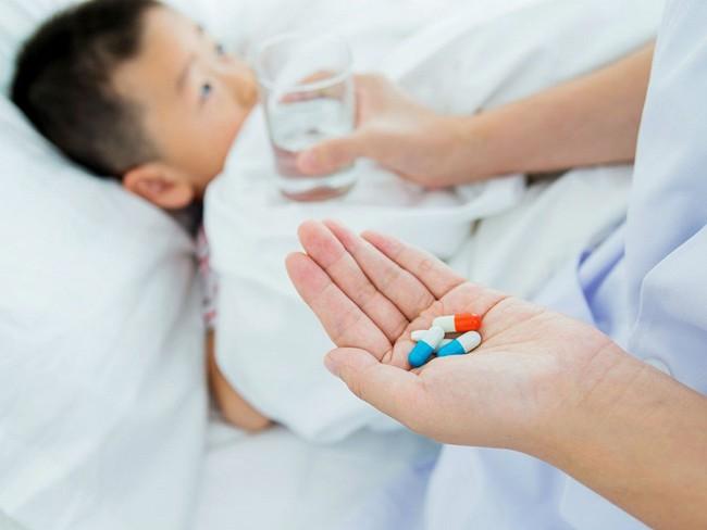 Cứ thấy con sốt là bố mẹ lại đè ra cho uống thuốc hạ sốt, bác sĩ nói gì? - Ảnh 1.