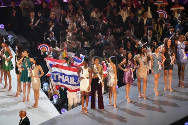 Điều đặc biệt nhất chung kết Miss Universe 2018: Giữa rừng váy dạ hội, HHen Niê một mình một kiểu với set đồ này - Ảnh 2.