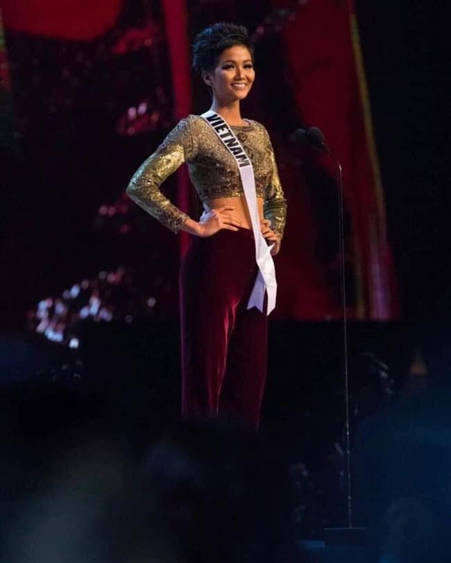 Điều đặc biệt nhất chung kết Miss Universe 2018: Giữa rừng váy dạ hội, HHen Niê một mình một kiểu với set đồ này - Ảnh 6.