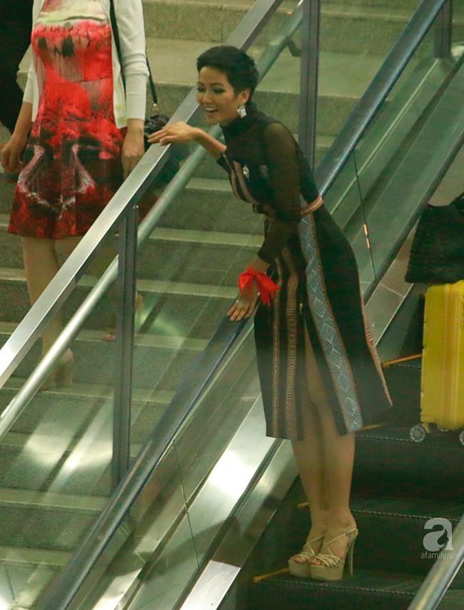 HHen Niê bật khóc nức nở khi vừa đặt chân về Việt Nam sau hành trình thần thánh tại Miss Universe 2018 - Ảnh 3.