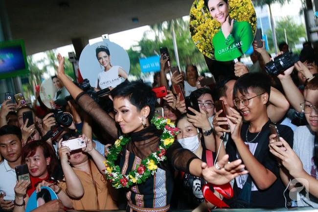 HHen Niê bật khóc nức nở khi vừa đặt chân về Việt Nam sau hành trình thần thánh tại Miss Universe 2018 - Ảnh 7.