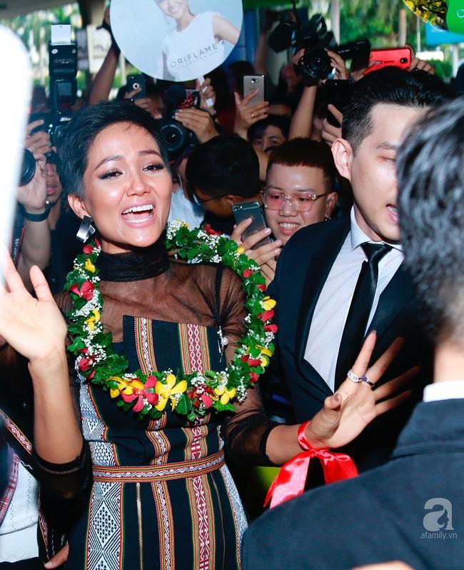 HHen Niê bật khóc nức nở khi vừa đặt chân về Việt Nam sau hành trình thần thánh tại Miss Universe 2018 - Ảnh 8.