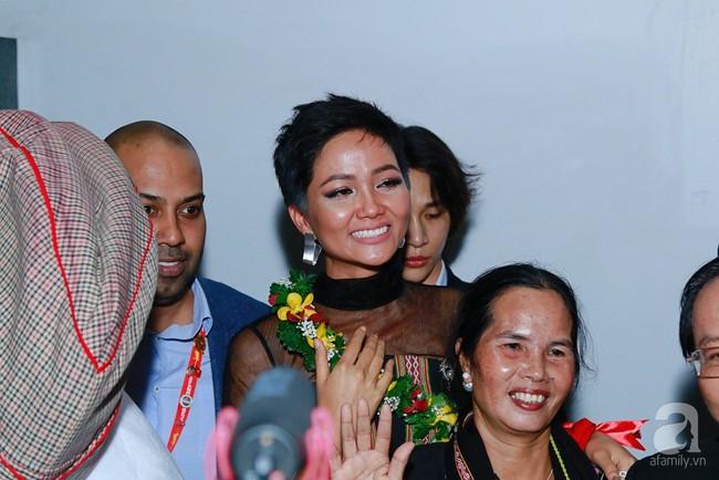 HHen Niê bật khóc nức nở khi vừa đặt chân về Việt Nam sau hành trình thần thánh tại Miss Universe 2018 - Ảnh 9.