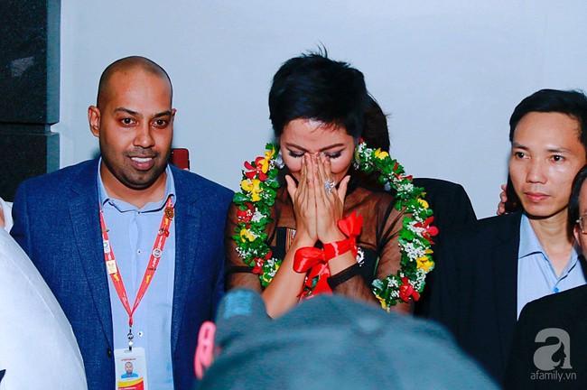 HHen Niê bật khóc nức nở khi vừa đặt chân về Việt Nam sau hành trình thần thánh tại Miss Universe 2018 - Ảnh 10.