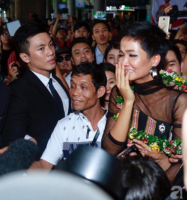 HHen Niê bật khóc nức nở khi vừa đặt chân về Việt Nam sau hành trình thần thánh tại Miss Universe 2018 - Ảnh 11.