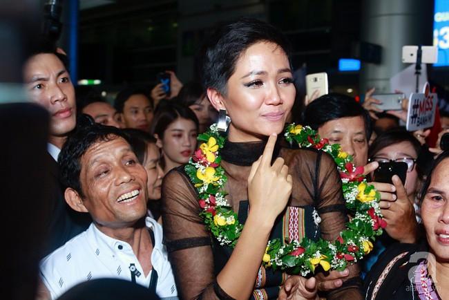 HHen Niê bật khóc nức nở khi vừa đặt chân về Việt Nam sau hành trình thần thánh tại Miss Universe 2018 - Ảnh 12.