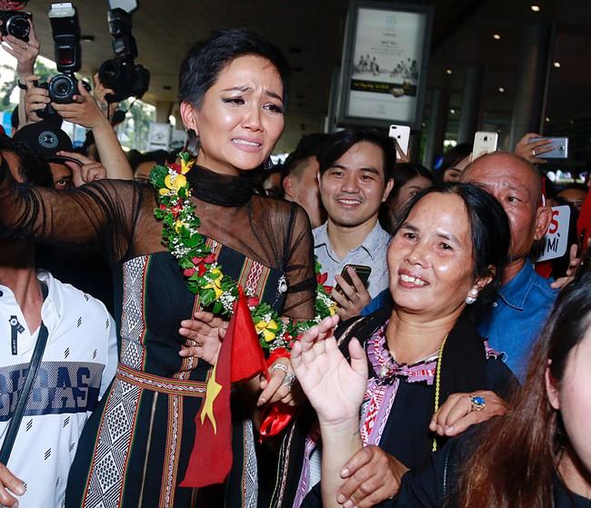 HHen Niê bật khóc nức nở khi vừa đặt chân về Việt Nam sau hành trình thần thánh tại Miss Universe 2018 - Ảnh 13.