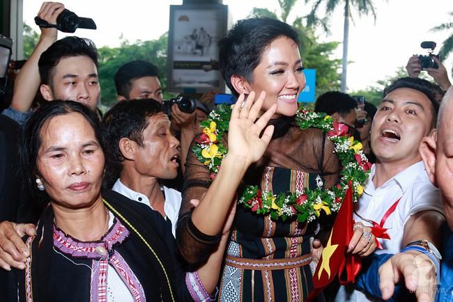 HHen Niê bật khóc nức nở khi vừa đặt chân về Việt Nam sau hành trình thần thánh tại Miss Universe 2018 - Ảnh 14.