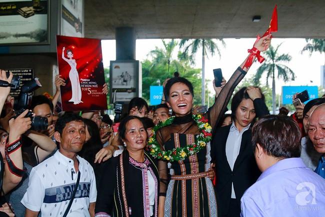 HHen Niê bật khóc nức nở khi vừa đặt chân về Việt Nam sau hành trình thần thánh tại Miss Universe 2018 - Ảnh 15.