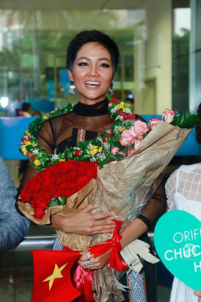 HHen Niê bật khóc nức nở khi vừa đặt chân về Việt Nam sau hành trình thần thánh tại Miss Universe 2018 - Ảnh 16.