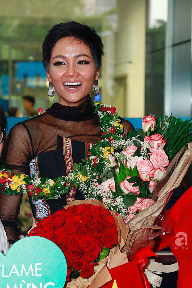HHen Niê bật khóc nức nở khi vừa đặt chân về Việt Nam sau hành trình thần thánh tại Miss Universe 2018 - Ảnh 17.