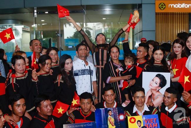 HHen Niê bật khóc nức nở khi vừa đặt chân về Việt Nam sau hành trình thần thánh tại Miss Universe 2018 - Ảnh 18.