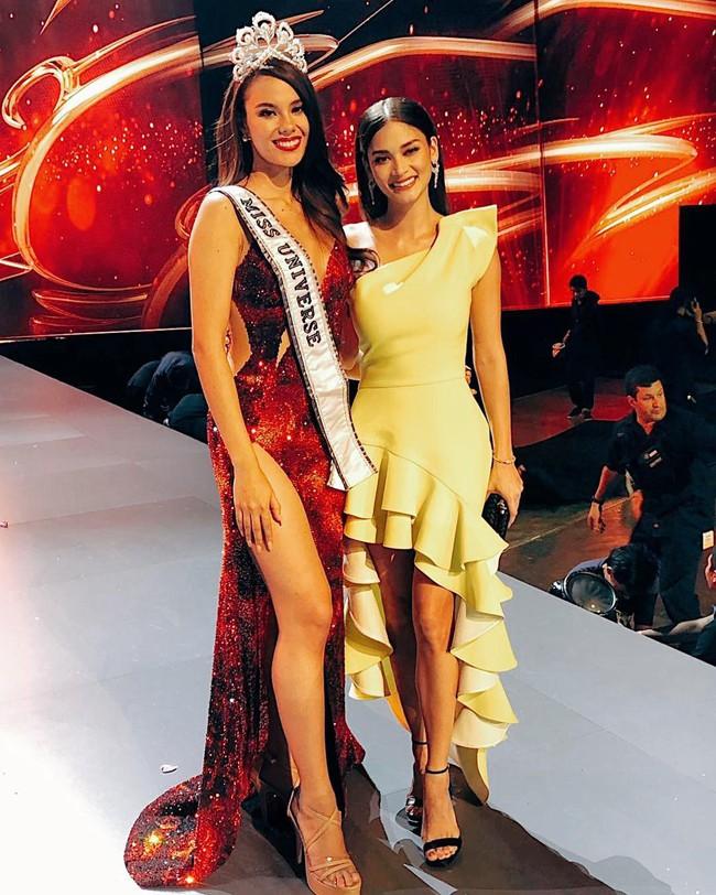 Chỉ một bức ảnh đứng cạnh Tân Hoa hậu Hoàn vũ 2018 mà nàng Pia lộ ngay nhược điểm không cứu vãn nổi - Ảnh 2.