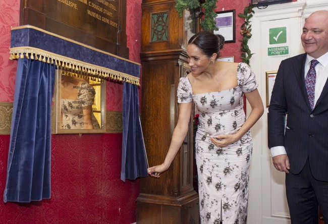 Bụng bầu vượt mặt vẫn diện váy ôm, mang giày cao gót, Meghan Markle lộ 4 điểm gây tranh cãi - Ảnh 2.