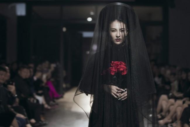 Mẹ đơn thân Hồng Quế hóa thân thành cô dâu ma lạnh đến gai người làm trong show thời trang - Ảnh 8.