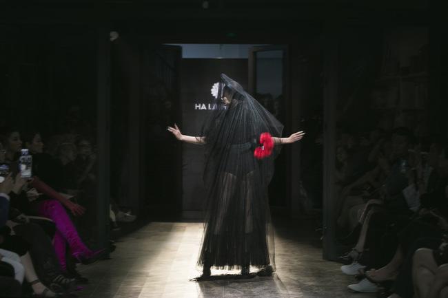 Mẹ đơn thân Hồng Quế hóa thân thành cô dâu ma lạnh đến gai người làm trong show thời trang - Ảnh 9.