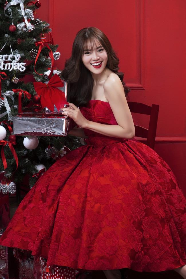 Lan Ngọc nhí nhảnh đón Giáng sinh bên hội chị em gái già công sở - Ảnh 4.