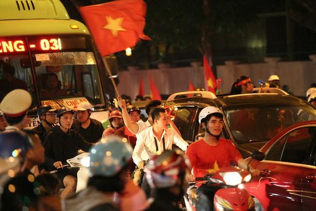 Việt Nam thắng Philippines, vé chợ đen trận bán kết lượt về trên SVĐ Mỹ Đình tăng chóng mặt   - Ảnh 1.