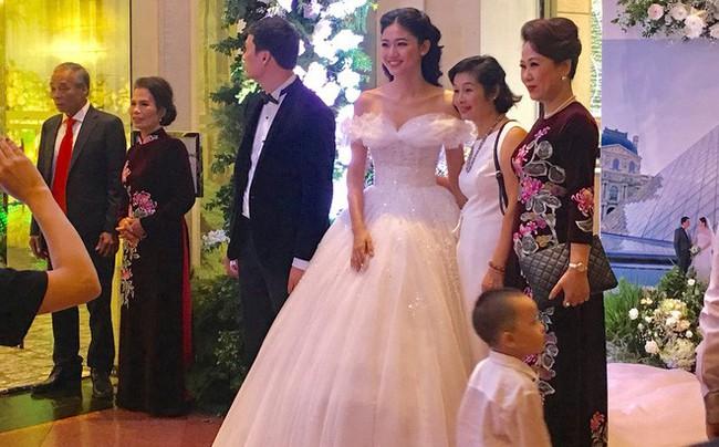 Những hình ảnh cận cảnh hiếm hoi của Á hậu Thanh Tú trong đám cưới xa hoa - Ảnh 2.