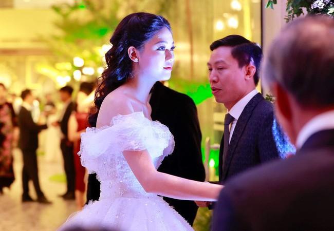 Những hình ảnh cận cảnh hiếm hoi của Á hậu Thanh Tú trong đám cưới xa hoa - Ảnh 3.