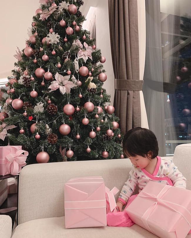 Đặng Thu Thảo khoe ảnh con gái cưng đón Noel, tiết lộ sở thích đặc biệt của tiểu công chúa  - Ảnh 1.