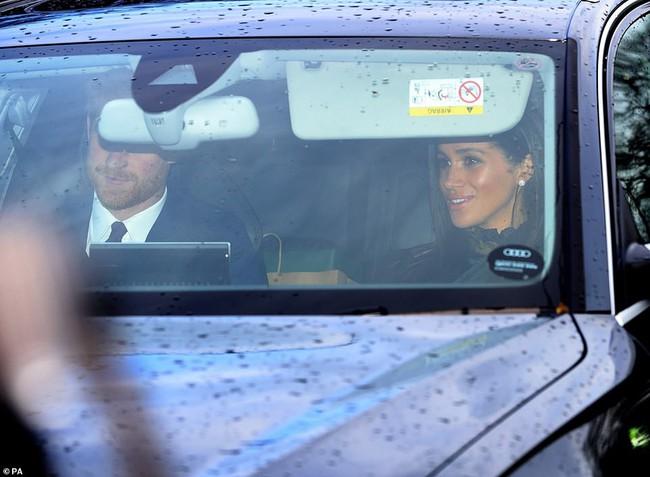 """Giữa tin đồn chị em dâu rạn nứt, Meghan Markle đã """"hạ mình"""" làm điều này để giống Công nương Kate Middleton - Ảnh 2."""