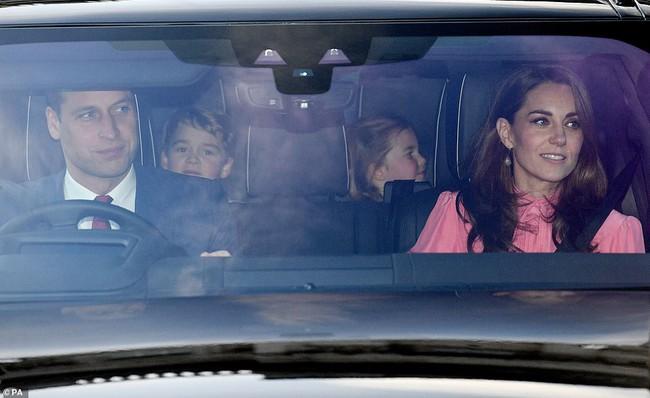 """Giữa tin đồn chị em dâu rạn nứt, Meghan Markle đã """"hạ mình"""" làm điều này để giống Công nương Kate Middleton - Ảnh 1."""