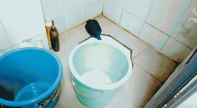 Một phút lơ là vì mải ăn cơm, bố mẹ khiến con 14 tháng tuổi chết đuối thương tâm trong xô nước nhà tắm - Ảnh 1.