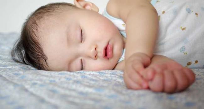 Chỉ cần nằm lòng 4 bí quyết này, bố mẹ sẽ rèn con ngủ ngoan ngay từ những tháng đầu đời - Ảnh 2.
